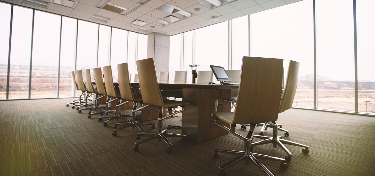 תמנה ראשית - שולחן וכסאות במשרד
